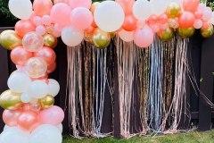 outdoor-balloon-backdrop-organic-garland